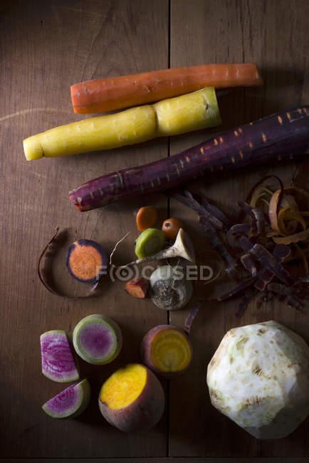 Remolacha, zanahorias, apio y Sandia rábano en mesa - foto de stock