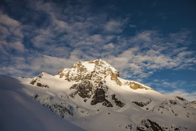 Sommets enneigés de Sun lightting le pic Joffre, Canada — Photo de stock
