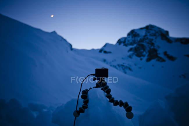 Камеру на штатив у snowy гірський ландшафт — стокове фото