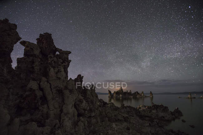 Milky Way stars glowing in sky over famous Mono Lake — Stock Photo