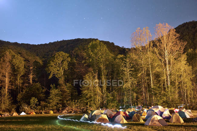 Long exposure shot of camping at night with light trail — Stock Photo