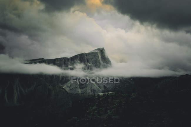 Picco di montagna frastagliata circondata da nuvole — Foto stock