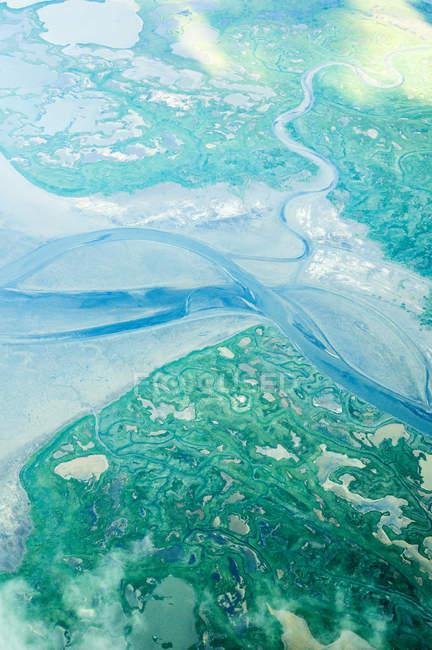 Vue aérienne de terre verte et la rivière sinueuse — Photo de stock