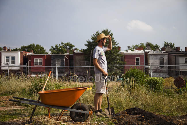 Farmer growing food for community, Washington DC, USA — Stock Photo