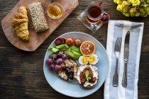 Натюрморт подается завтрак с турецким чаем на столе — стоковое фото