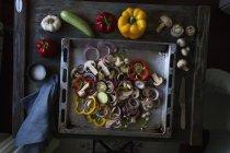 Ингридиенты для вегетарианскую пиццу подают на выпечки лоток — стоковое фото