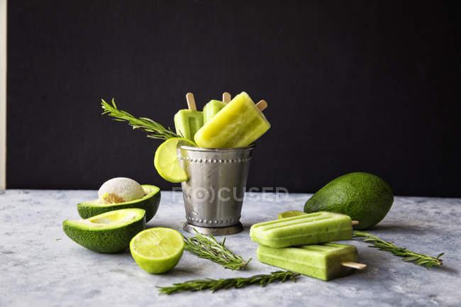 Авокадо і вапно фруктове морозиво, розміщені на столі і vintage металеві невеликого відро — стокове фото