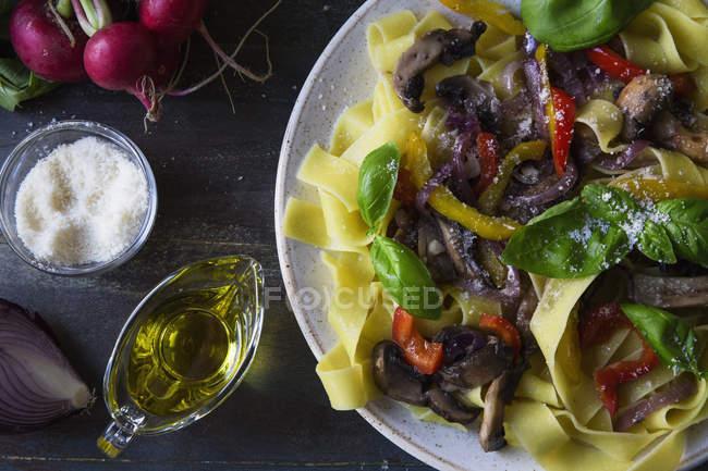 Вегетарианская паста с грибами, овощи и травы на плите — стоковое фото