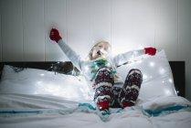 Menina na cama esperando por Papai Noel — Fotografia de Stock