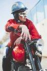Mujer motociclista en una motocicleta - foto de stock