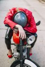 Байкер жінка на мотоциклі — стокове фото