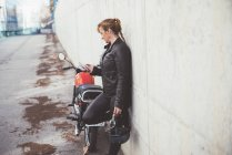Стильним та модним спортивний жінка розмовляємо по телефону Закри — стокове фото