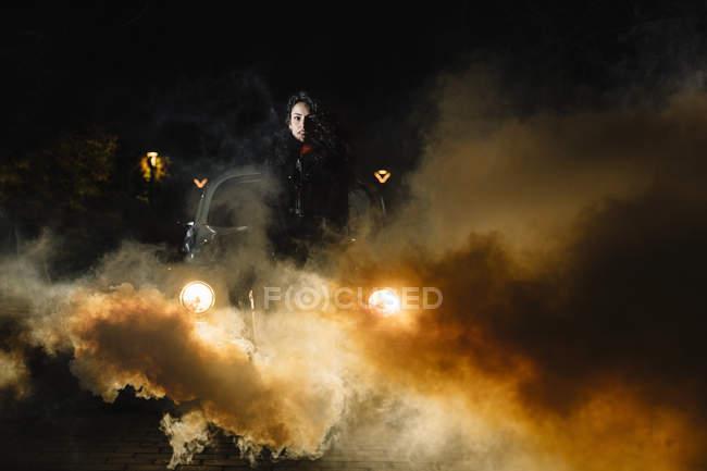 Mulheres com mala na frente do carro com fumaça — Fotografia de Stock