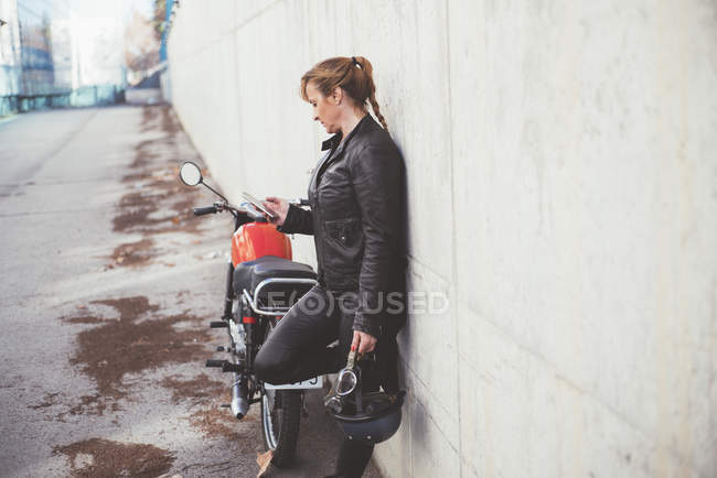 Stylish and trendy sports woman talking on the phone close-up — Stock Photo