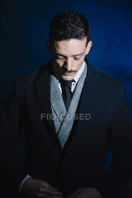 Portrait d'homme en usure classique boutonnage veste et regardant vers le bas — Photo de stock