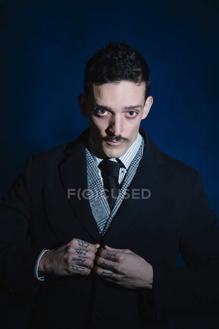 Portrait d'homme en usure classique boutonnage veste — Photo de stock