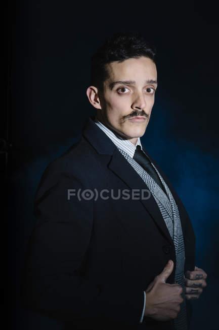 Porträt eines Mannes in klassischer Kleidung, der in die Kamera blickt — Stockfoto