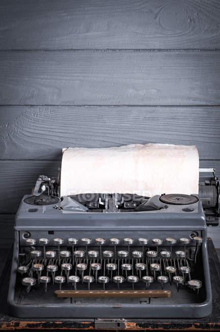 Máquina de escribir vintage, papel de kraft dentro de la escala de ajuste - foto de stock