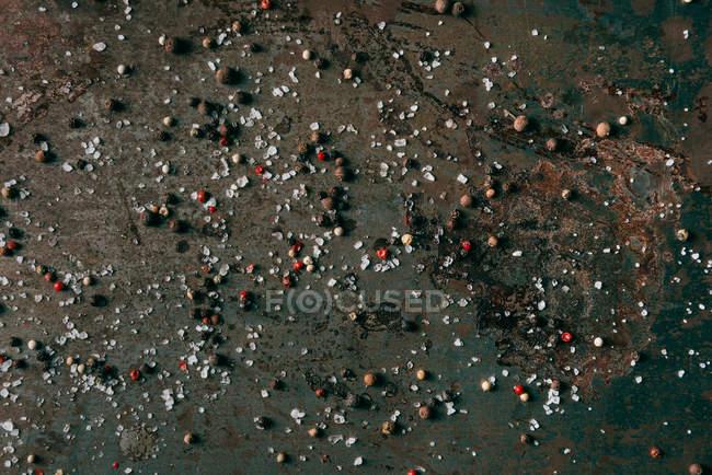 Imagen de fotograma completo de Grunge superficie con sal y pimienta negra - foto de stock
