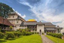 Туристы, ходить в храм зуба Будды Сад, Канди, Шри-Ланка, Азия — стоковое фото