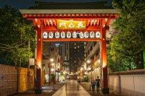 Walking shopping street in Asakusa area neary Senso-ji Temple in Asakusa, Tokyo — Stock Photo