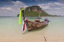 Туристические украшены гирляндами длинный хвост лодки на берег, острова Пхи-Пхи, Таиланд — стоковое фото