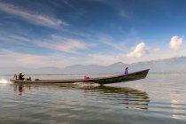 Бирманского народа в бамбуковой лодке на озере Инле в Шанской, Мьянма — стоковое фото