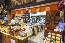 View fresh seafood products at Tsukiji fish market, Tokyo Japan — Stock Photo