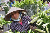 Venditrice di mercato di strada di fiori a Hanoi, Vietnam — Foto stock
