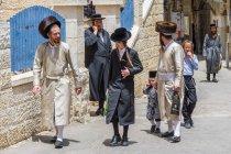 Familia judía ortodoxa tradicional calle Mea Shearin en Jerusalén, Israel - foto de stock