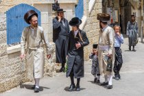 Traditional orthodox Judaic family on Mea Shearin street in Jerusalem, Israel. — Stock Photo