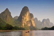 Силуэт рыбака в Li реки в уезде Yangshuo Китай — стоковое фото