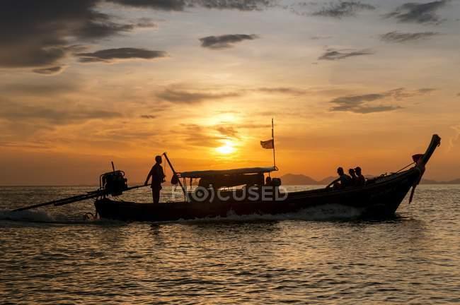 Довгий хвіст риболовецького судна на захід сонця, Пхі-Пхі, Таїланд — стокове фото