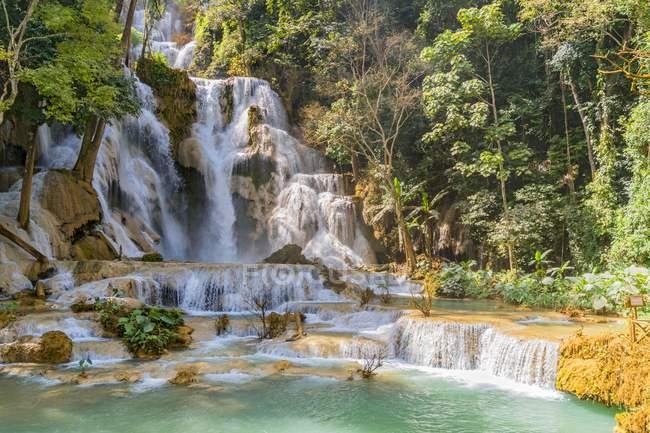 Водопад и пруд в Tat Куанг Si падает Гостиницы Луанг Прабанг, Лаос, Индокитае, Азия — стоковое фото