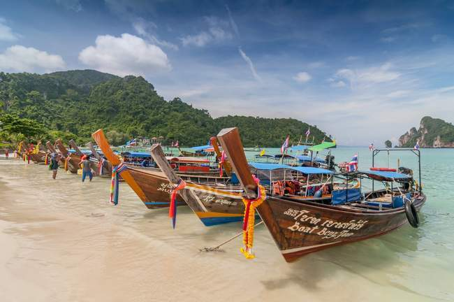 Touristic decorated with garlands long-tail boats on beach, Koh Phi Phi, Thailand — Stock Photo