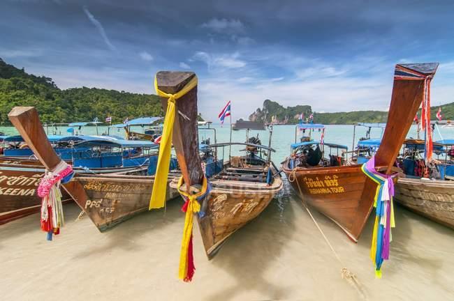 Touristic orné de guirlandes long-tail boat sur beach, Koh Phi Phi, Thaïlande — Photo de stock