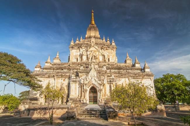 Façade de l'ancienne pagode de Temple Gawdawpalin dans Old Bagan, Birmanie — Photo de stock