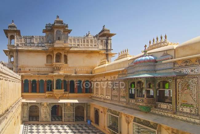 Cortile di pavone all'interno di Palazzo della città, Udaipur, Rajasthan, India — Foto stock