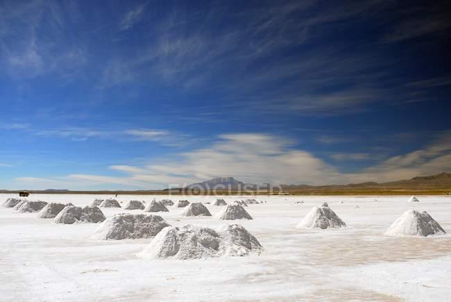Mucchi di sale nel Salar de Uyuni sale piatta, Bolivia, Sud America — Foto stock