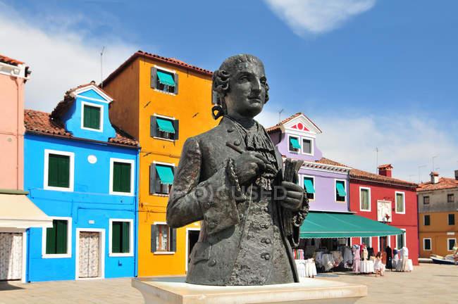 Statue de Baldassare Galuppi et ses maisons colorées sur l'île de Burano, Venise, Italie — Photo de stock