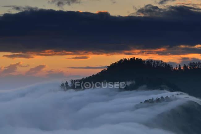 Vista del amanecer desde Poon Hill, macizo Dhaulagiri en el Himalaya, Nepal - foto de stock
