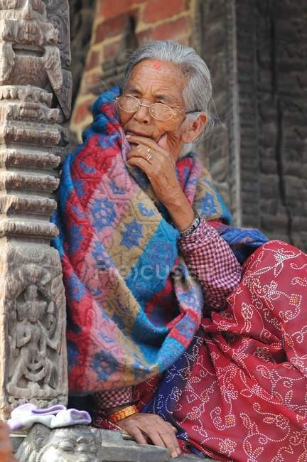 Nepalesische Frau in traditioneller Kleidung in Patan, Nepal — Stockfoto