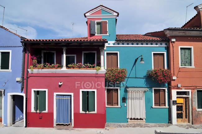 Petites maisons colorées sur l'île de Burano, Venise, Italie — Photo de stock