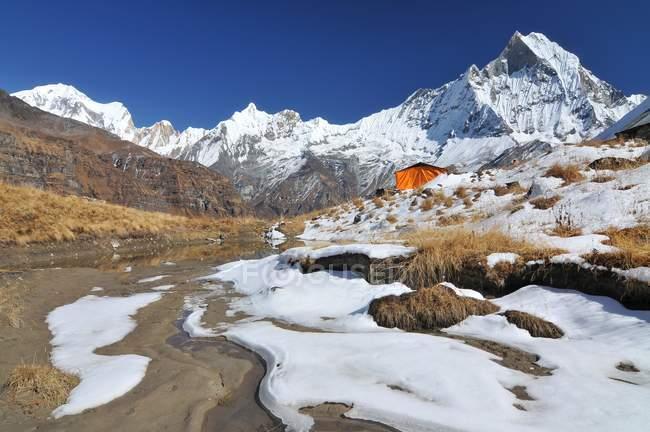 Camp de base dans la zone de Conservation de Annapurna dans l'Himalaya, Népal — Photo de stock