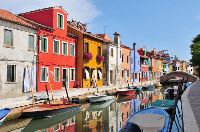 Ses maisons colorées et les bateaux sur le canal de l'île de Burano à Venise, Italie — Photo de stock