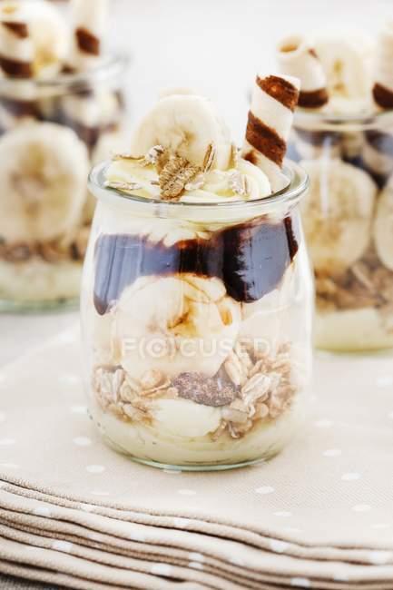 Layered dessert con frutta muesli, cioccolato e banana — Foto stock
