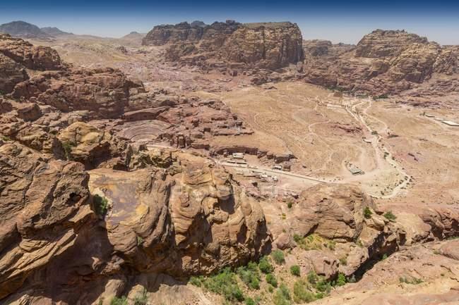 Vue aérienne de formations rocheuses de grès dominant la vallée de Pétra, en Jordanie — Photo de stock