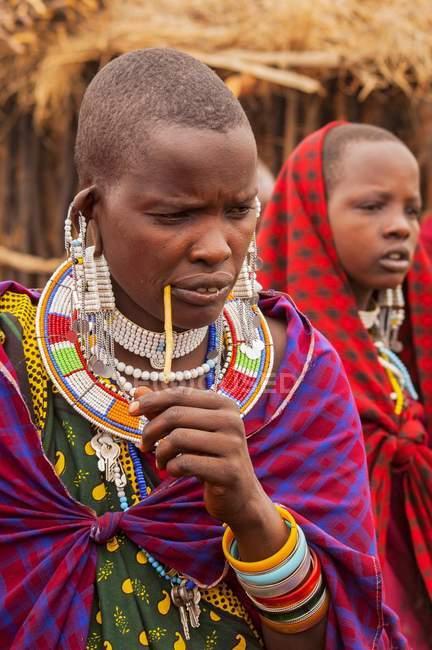 Massai Frauen mit traditioneller Kleidung und Schmuck, Kenia, Afrika — Stockfoto