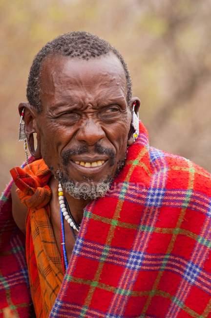 Porträt von Massai Mann mit traditioneller Kleidung und Schmuck, Kenia, Afrika — Stockfoto