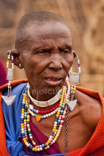 Portrait von Massai Frau mit traditioneller Kleidung und Schmuck, Kenia, Afrika — Stockfoto